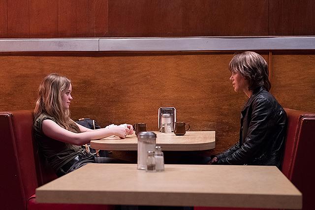現在のエリンと娘がテーブル越しに会話中