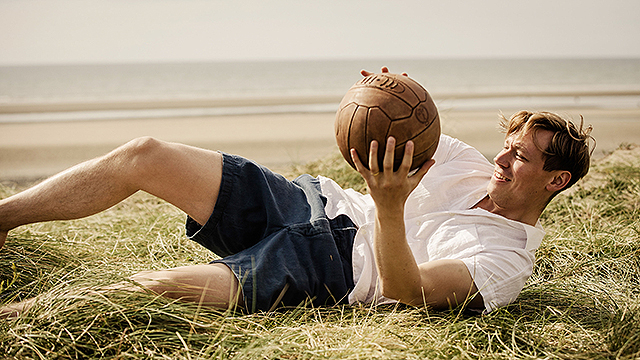 映画『キーパー ある兵士の奇跡』サッカーボールで遊ぶトラウトマン