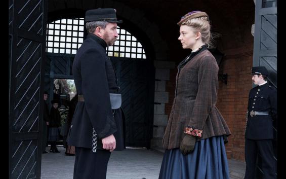 映画『博士と狂人』のワンシーン メレット夫人と看守のミスター・マンシー